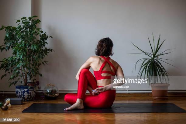Geschickten weiblichen Yogi sitzen in position