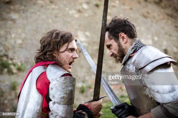 巧みな騎士の戦場での練習中に剣を使用して - 決闘 ストックフォトと画像