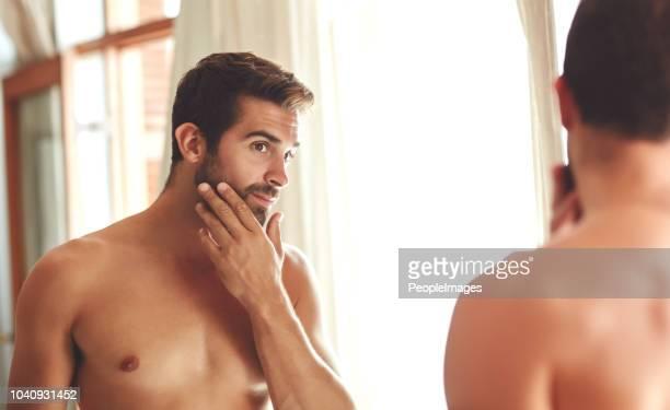 hautpflege ist ihm wichtig - ehemann stock-fotos und bilder