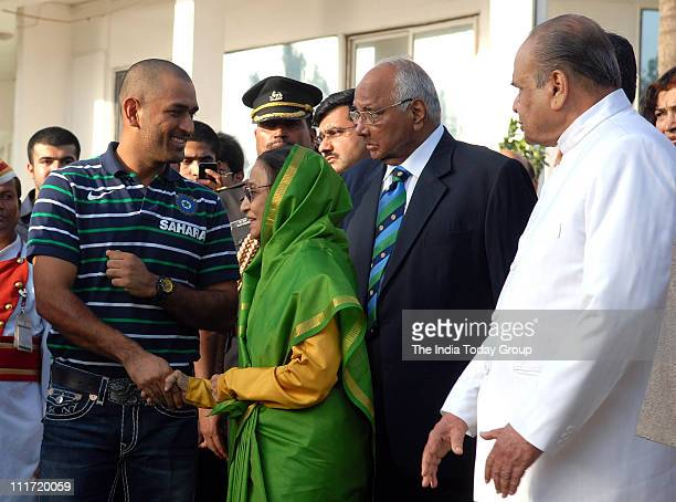 Skipper MS Dhoni along with President Pratibha Patil and Sharad Pawar during a reception hosted by President Pratibha Patil at Rajbhavan in Mumbai on...