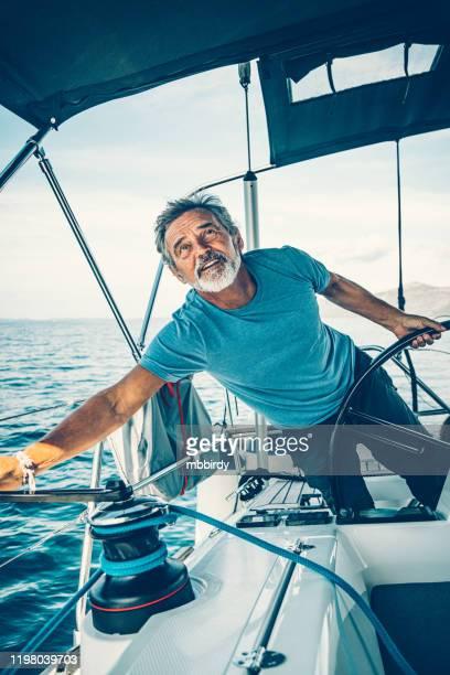 skipper naviguant sur le voilier - bateau de plaisance photos et images de collection