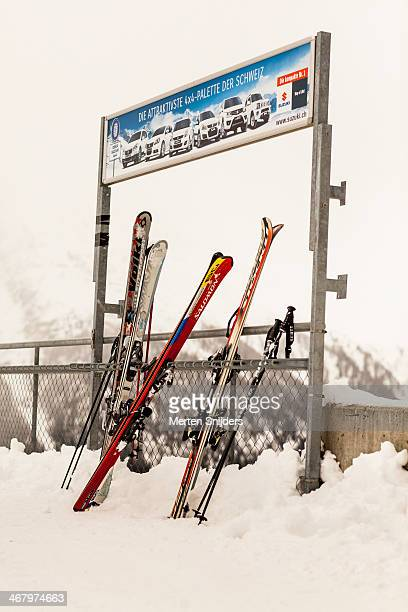 skirack with skis and sticks - merten snijders stock-fotos und bilder