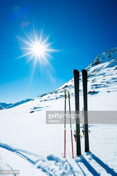 skier und skistöcke an abgelegenen hang - sölden stock-fotos und bilder
