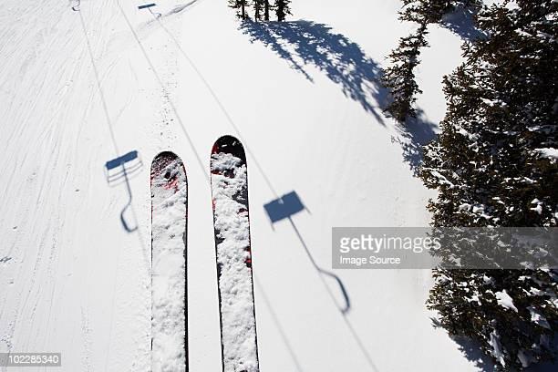 Sci di sciatore sulla seggiovia