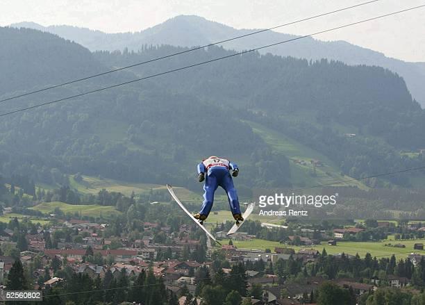 Skispringen / Mattenspringen Deutsche Meisterschaft 2004 Oberstdorf Martin SCHMITT aus Furtwangen fliegt am spten Samstag Nachmittag ber die Gruenen...
