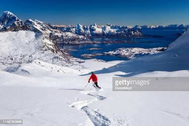 esquí de descenso en polvo en lofoten-noruega - noruega fotografías e imágenes de stock