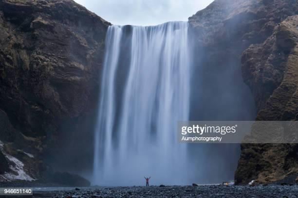 skogafoss waterfall, iceland - dramatische landschaft stock-fotos und bilder