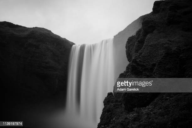 skogafoss waterfall in iceland in black and white - 単色画 ストックフォトと画像