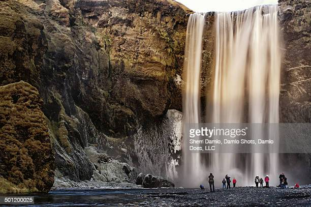 skogafoss waterfall in the winter - damlo does foto e immagini stock