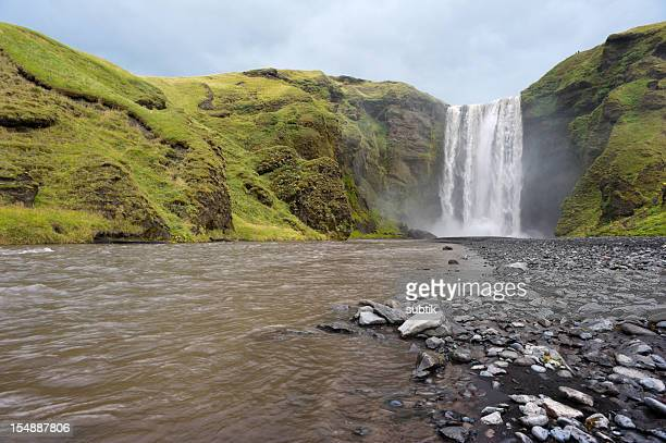 skogafoss waterfall - fimmvorduhals volcano stockfoto's en -beelden