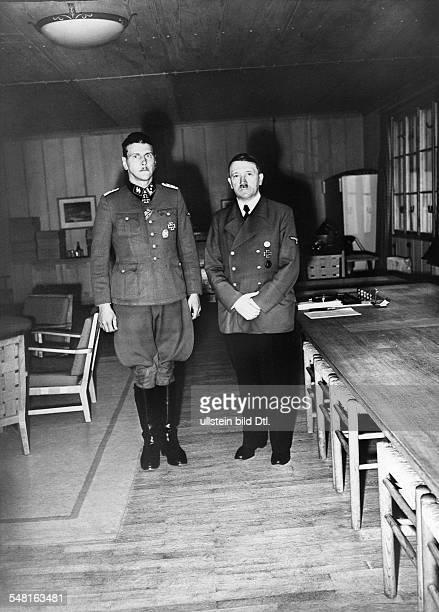 Skorzeny, Otto - *1908-1975+ - SS-Offizier, D - als Hauptsturmfuehrer zusammen mit Adolf Hitler , Auszeichnung mit dem Ritterkreuz nach der Befreiung...