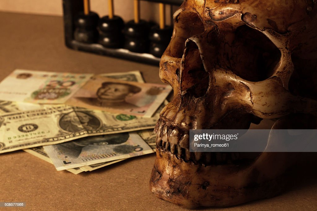 skull on old wood with banknote yuan and dollar : Stockfoto