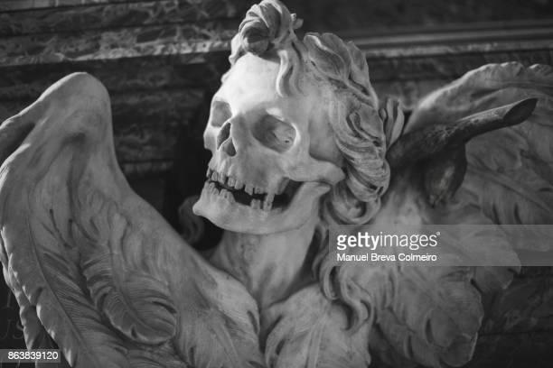 skull sculpture - friedhof stock-fotos und bilder