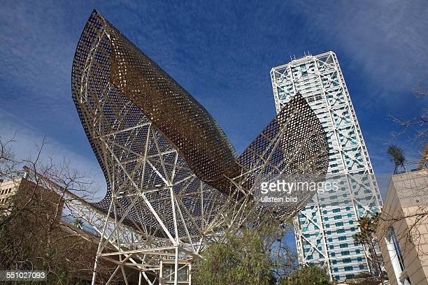 Skulptur Peix D'or vor Hotel Arts Barcelona, am Strand von Barceloneta in Barcelona, Katalonien, Spanien, Europa