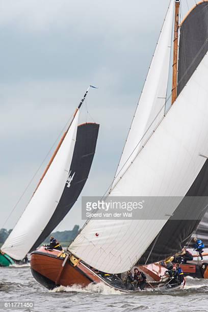 skutsje classic sailboats during the skutsjesilen races - sjoerd van der wal or sjo stockfoto's en -beelden