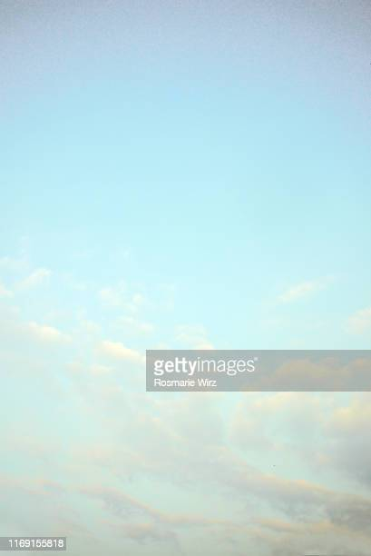 sky above: pastel color gradient with clouds - ロンバルディア州 ストックフォトと画像
