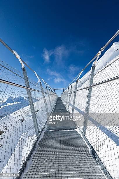 sky-brücke über den schweizer alpen - hängebrücke stock-fotos und bilder