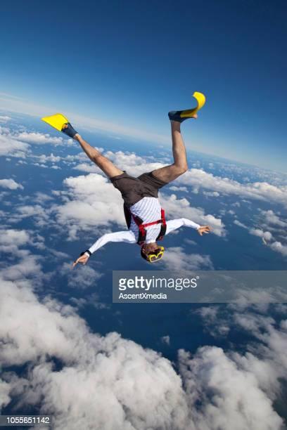 sky diver fällt durch hohen himmel - all shirts stock-fotos und bilder