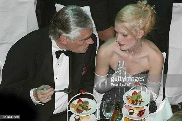 Sky Dumont Ehefrau Mirja Becker Frankfurter Opernball 2003 Frankfurt Alte Oper großer Saal speisen Speise essen Getränk Glas sexy