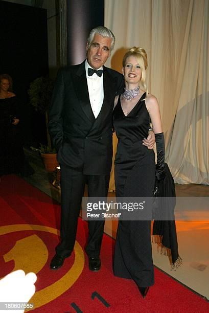 "Sky Dumont, Ehefrau Mirja Becker, Verleihung ""Kabel 1-Award"", Gala ""Kabel 1 wird X"", Poing , ""OcŽ"", Foyer, Abendkleid, Smoking, P.-Nr 139/2002,"