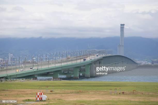 sky gate bridge r anschluss kansai international airport in japan - internationaler flughafen kansai stock-fotos und bilder