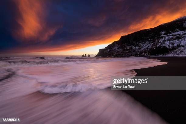 sky on fire over vik - marée stock pictures, royalty-free photos & images