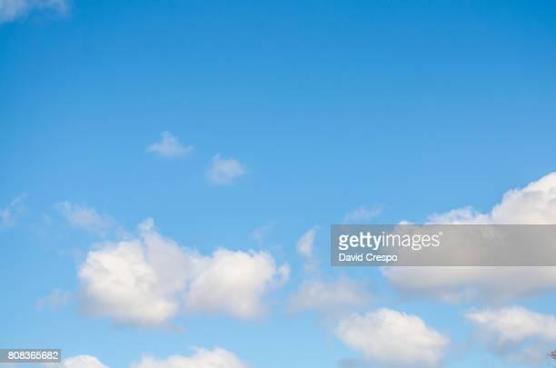 sky - bedeckter himmel stock-fotos und bilder