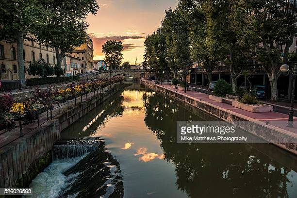 sky reflected in the canal - canal du midi photos et images de collection
