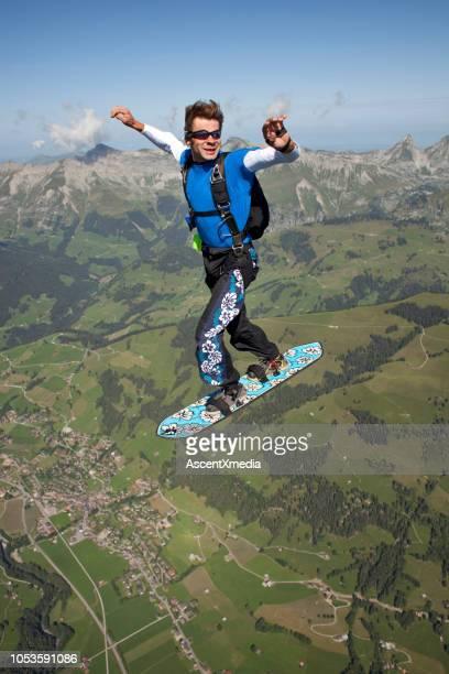 空「サーファー」が農村地域のスケート ボードと倒れる