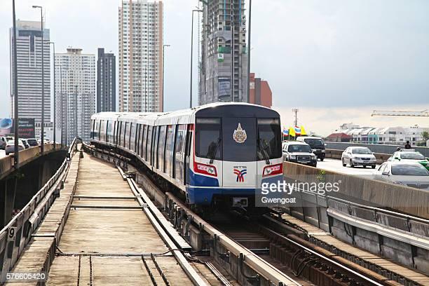 sky train em bangkok - gwengoat - fotografias e filmes do acervo
