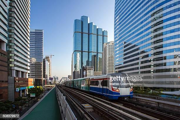 bts sky train in the city of bangkok, thailand - バンコク・スカイトレイン ストックフォトと画像