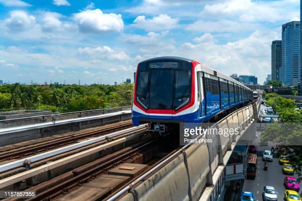 bts sky train is running in downtown of bangkok, thailand. - バンコク・スカイトレイン ストックフォトと画像