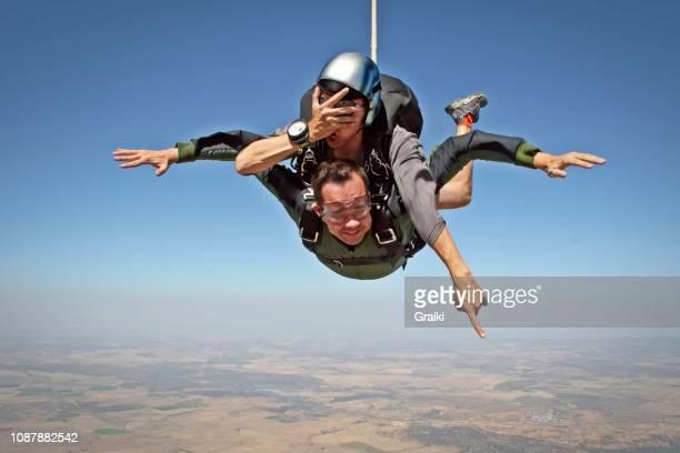 skydive tandem no eyes - danger photos et images de collection