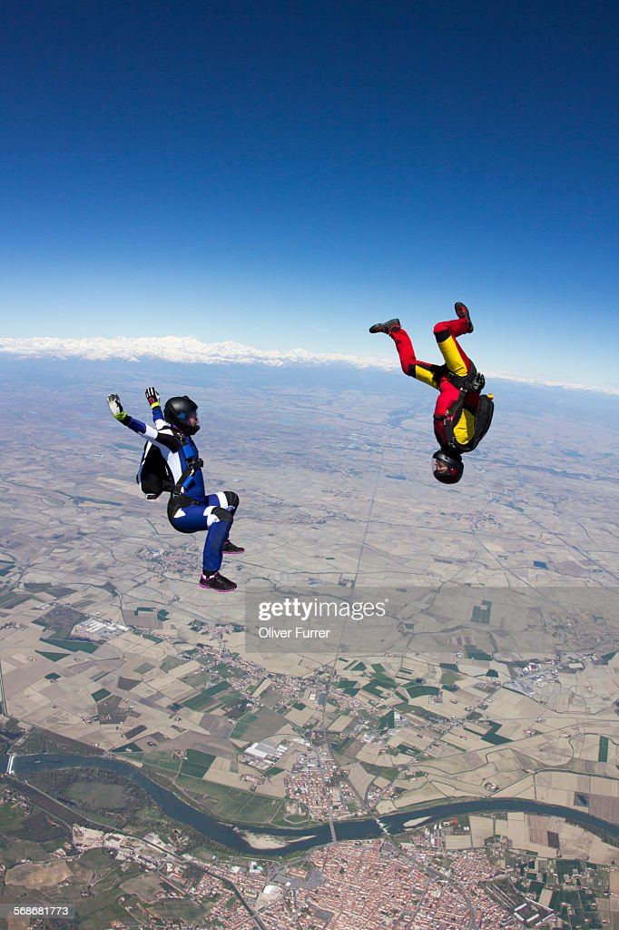 Skydive team playing in the sky together : Foto de stock