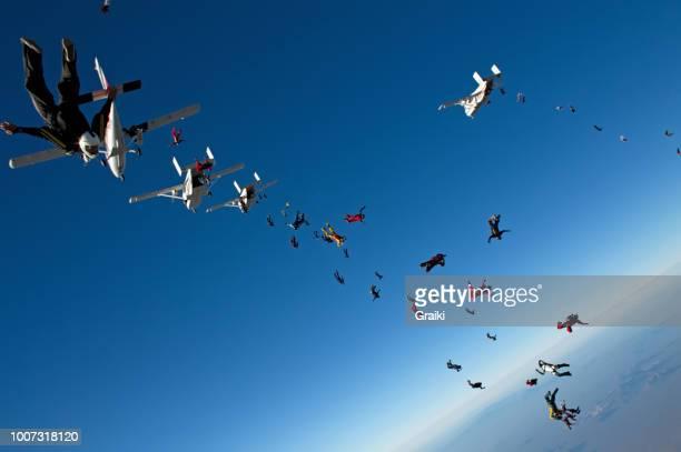 skydivers in free fall - opslagmedia voor analoge audio stockfoto's en -beelden
