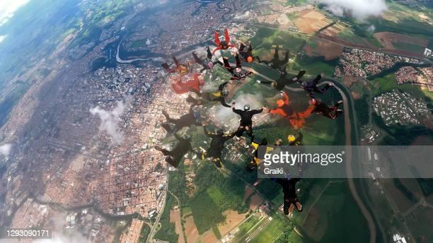 skydiving group formation - wurf oder sprungdisziplin herren stock-fotos und bilder
