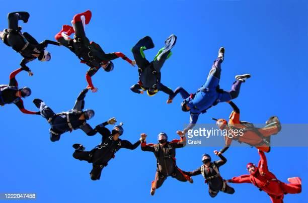skydiving group teamwork - wurf oder sprungdisziplin herren stock-fotos und bilder
