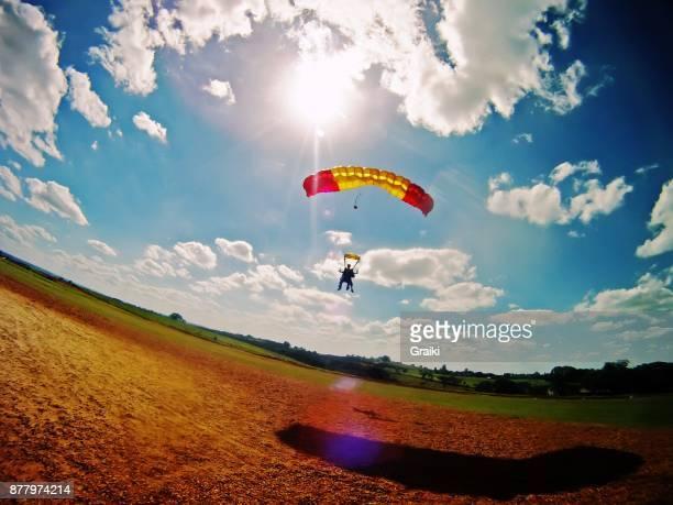skydiving parachute landing - fallschirm stock-fotos und bilder