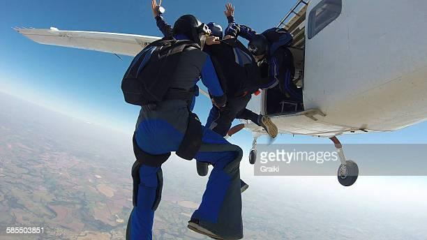 skydiving student exit from the plane - wurf oder sprungdisziplin herren stock-fotos und bilder