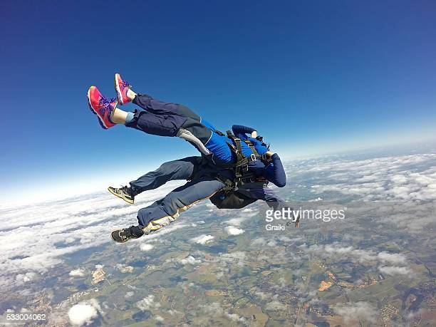 skydiving tandem uncontrolled - diving to the ground stock pictures, royalty-free photos & images