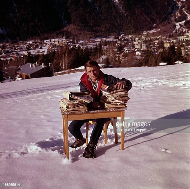 Skying World Championship 1962 En France à Chamonix à l'occasion des championnats du monde de ski alpin un homme nonidentifié en parka assis sur une...
