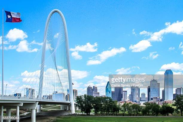 skyline and bridge - dallas fotografías e imágenes de stock