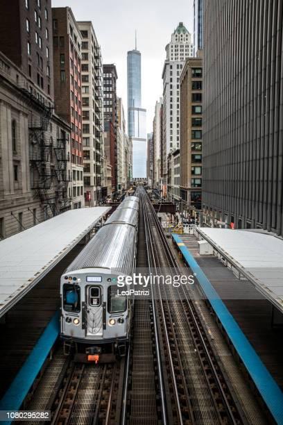 skyline und stadt transport in chicago, usa - chicago stock-fotos und bilder