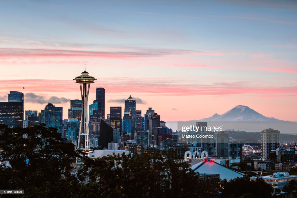 Skyline at dawn with Space Needle and Mt Rainier, Seattle, USA : Foto de stock