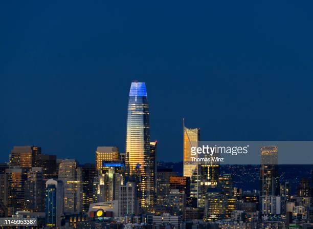 s. f. skyline at dusk - サンフランシスコ金融地区 ストックフォトと画像