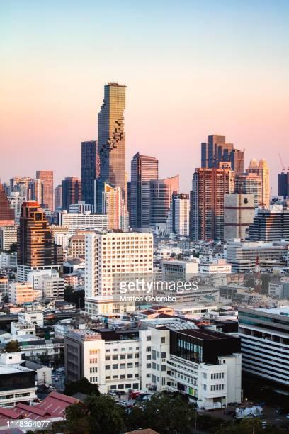 skyline at sunset, bangkok, thailand - シーロム ストックフォトと画像