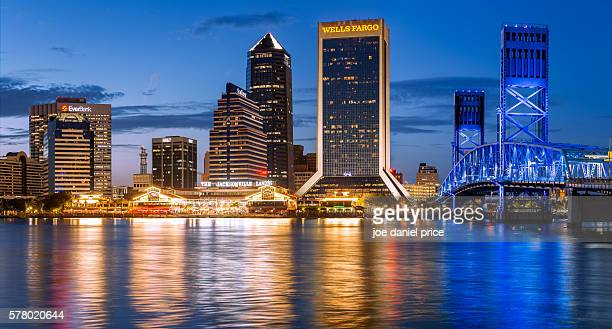 skyline, blue hour, jacksonville, florida, america - jacksonville florida stock-fotos und bilder