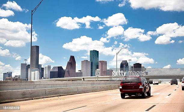 Die Skyline der Innenstadt. Houston, Texas, USA. Highway interstate road ab. Verkehr.