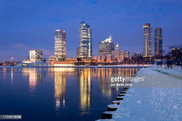 skyline, milwaukee art museum, veterans park, milwaukee, america - milwaukee stock pictures, royalty-free photos & images