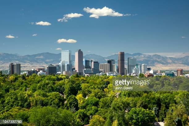skyline, neighborhoods, front range, rocky mountains, denver, colorado - denver photos et images de collection
